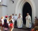 Ksiądz proboszcz M. Lejczak, ks. Józef podczas poświęcenia wieńca