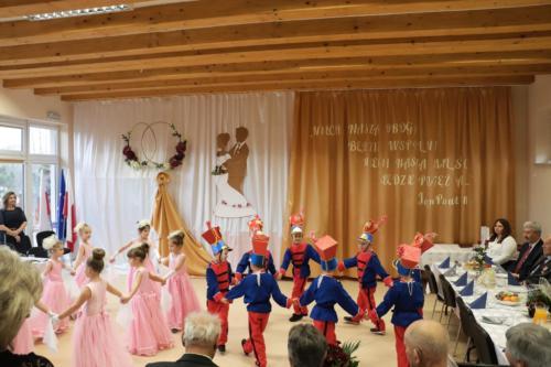 Dzieci wykonujące Poloneza