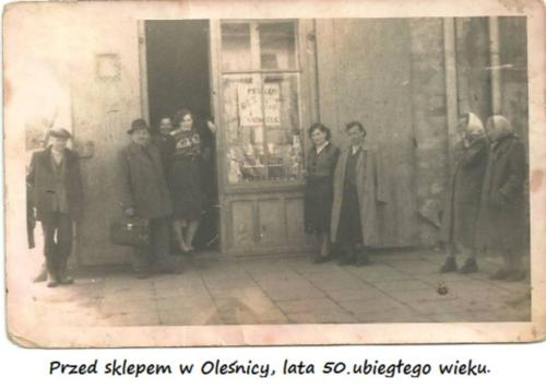 Przed sklepem w Oleśnicy lata 50. ubiegłego wieku
