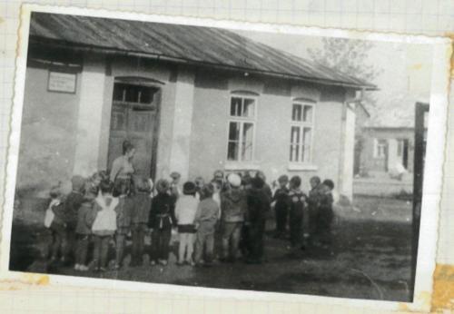 Dzieci podczas zabawy przed budynkiem przedszkola. '60 XX w..