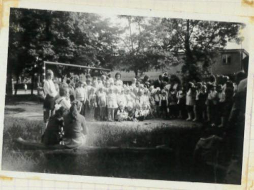 Dzieci przedszkolne podczas zabawy przed budynkiem przedszkola. '60 XX w..