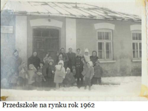 Przedszkolaki przed budynkiem przedszkola na Rynku..
