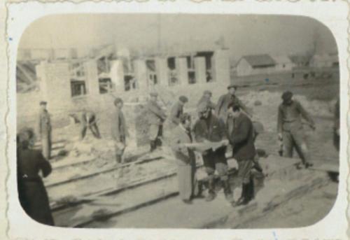 murarze przy budowie szkoly 1955 r.