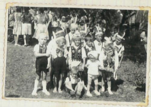 przed budynkiem przedszkola lata 60. ubiegłego wieku