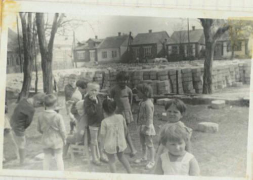 Zabawy przed budynkiem przedszkola. '60 XX w..